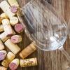 verre-c3a0-vin-et-bouchon-sur-table-en-bois